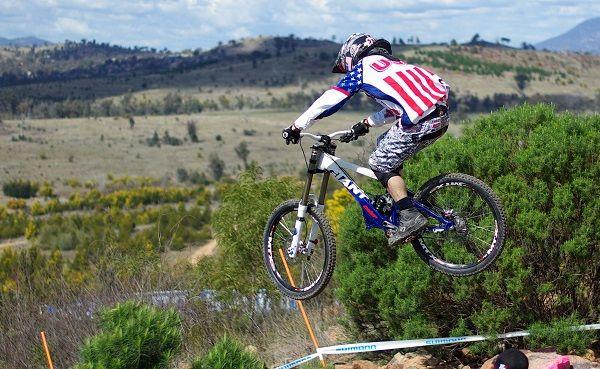 ジャンプして崖から飛び降りる自転車