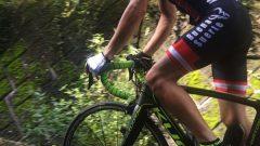 山林を自転車で走る男性