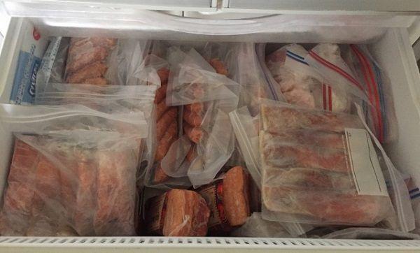 冷凍庫に入った沢山の豚肉