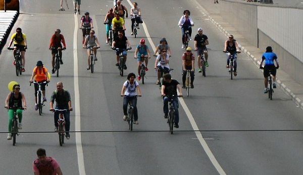 バイパス道路を自転車で走る大勢の人