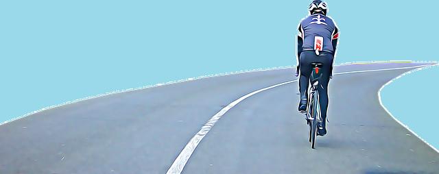 パイパスを走行する自転車