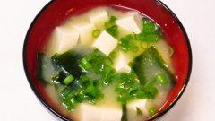 典型的なネギと豆腐の味噌汁