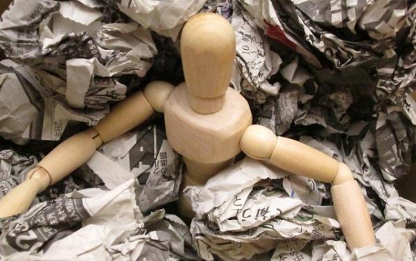 ゴミの山に埋もれる人形