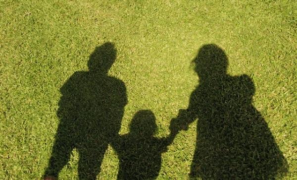 芝生に映った親子の影