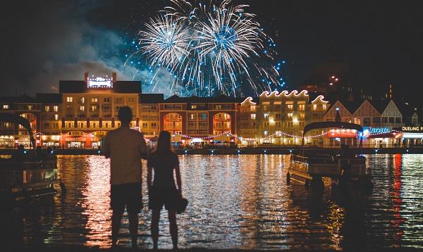 ディズニーランドで花火イベントを楽しむカップル