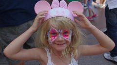ミッキーマウスの帽子を被った金髪少女