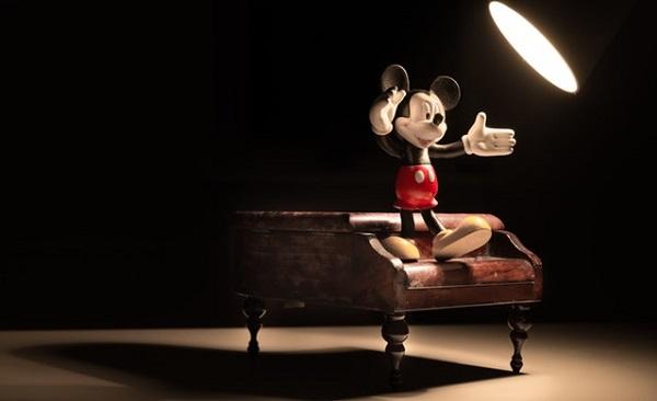 ピアノの上で指揮を取るミッキーフィギュア