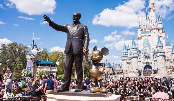 ミッキーマウスと手を繋いで歩くウォルトディズニー像