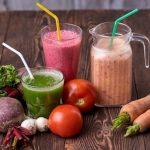 各種野菜ジュースと原材料の野菜