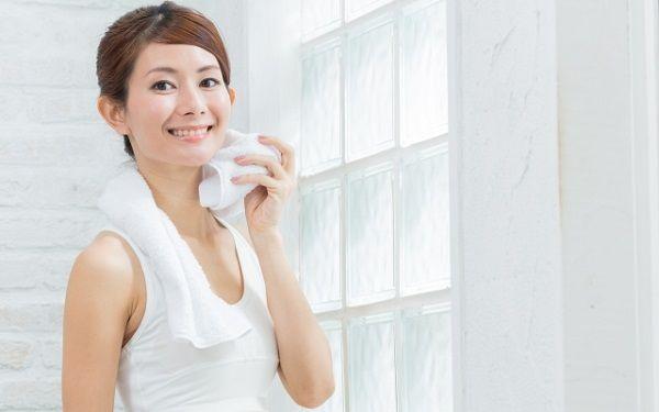 汗を拭く薄着の女性